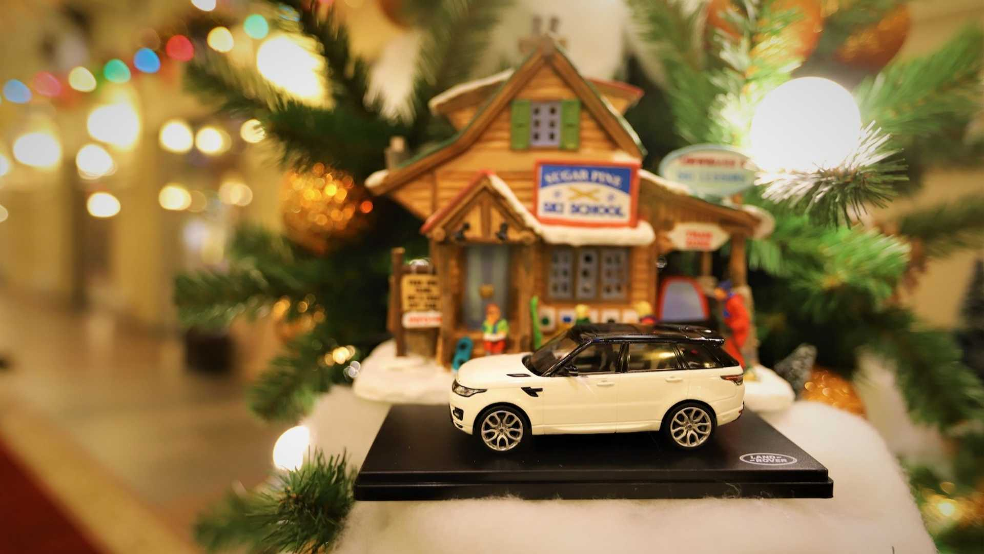 Jaguar Land Rover Interprets 2019 In Russian Tree Decorating